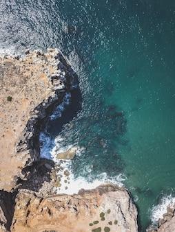Vista aérea das falésias e do mar