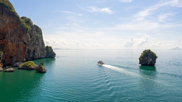 Vista aérea das ilhas do mar e turistas de barco kra bi tailândia