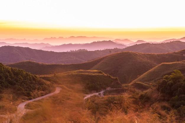 Vista aérea das montanhas ao nascer do sol.