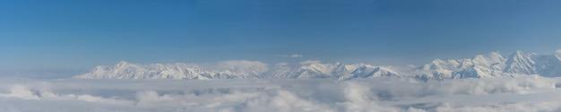 Vista aérea das montanhas da estação de esqui rosa khutor cobertas por neve em krasnaya polyana, rússia
