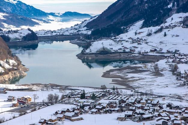 Vista aérea das montanhas do lago lungernersee, lungern, suíça
