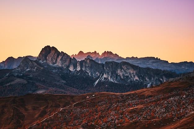 Vista aérea das montanhas durante o pôr do sol