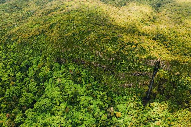 Vista aérea das montanhas e dos campos da ilha de maurícia. paisagens da maurícia.