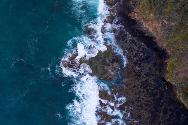 Vista aérea das ondas batendo nas rochas