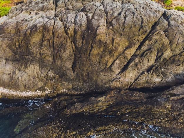 Vista aérea das ondas do oceano e fantástica costa rochosa.