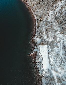 Vista aérea das ondas do oceano