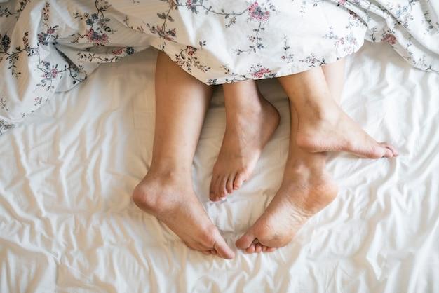 Vista aérea das pernas na cama