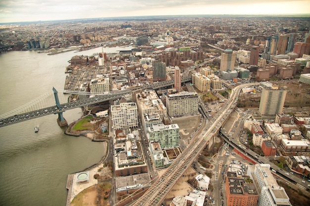 Vista aérea das pontes do brooklyn e de manhattan de helicóptero na cidade de nova york