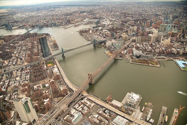 Vista aérea das pontes do brooklyn e manhattan de helicóptero