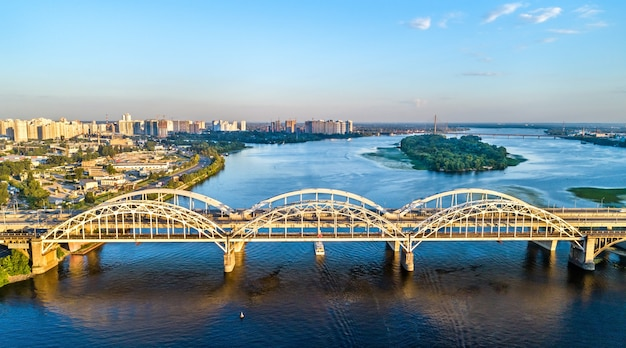 Vista aérea das pontes em arco de darnytsia através do dnieper em kiev, ucrânia