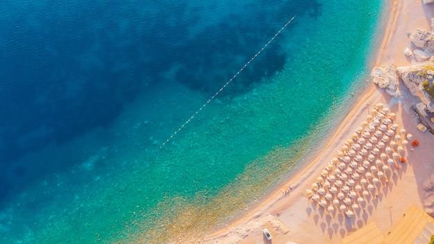 Vista aérea das praias da costa do adriático em montenegro
