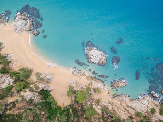 Vista aérea das rochas no mar em um dia ensolarado.