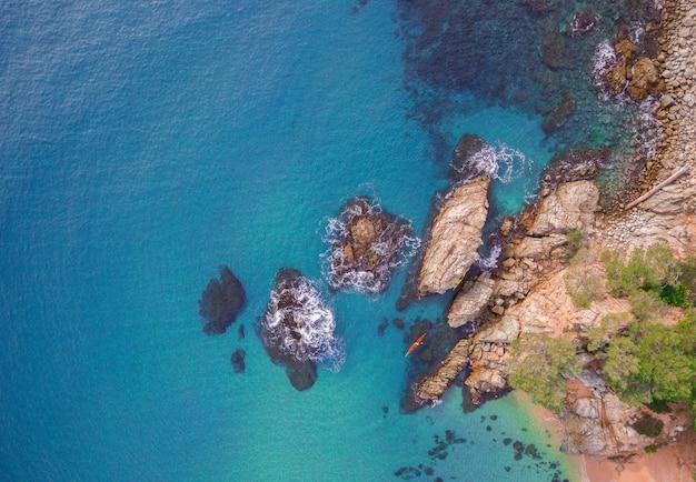 Vista aérea das rochas no mar