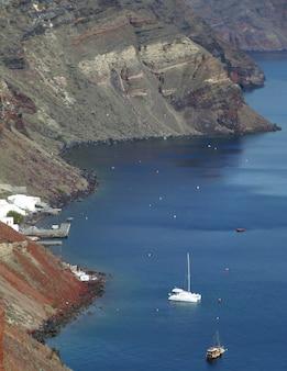 Vista aérea, de, a, caldera, e, aeean, mar, como, visto, de, santorini, ilha, grécia