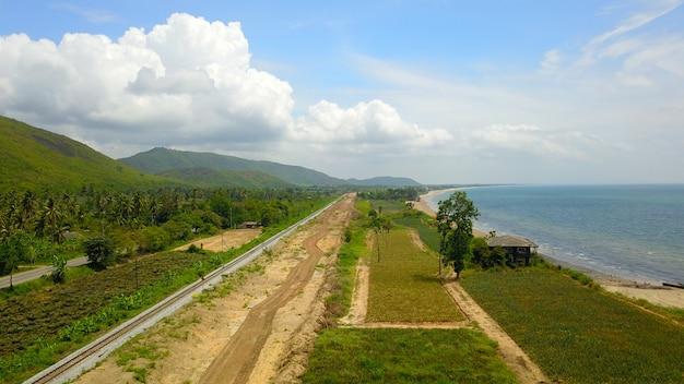 Vista aérea, de, a, estrada ferro, ao longo, a, mar, com, construção, de, um, trilha dobro, estrada ferro