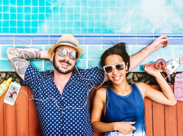 Vista aérea, de, alegre, par, mentindo, à beira piscina, desfrutando, verão, tempo