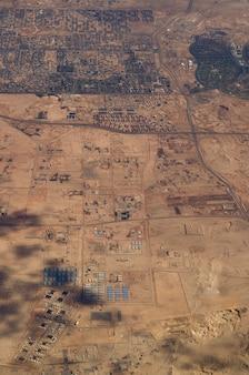 Vista aérea de algumas cidades egípcias e terras desertas quentes.