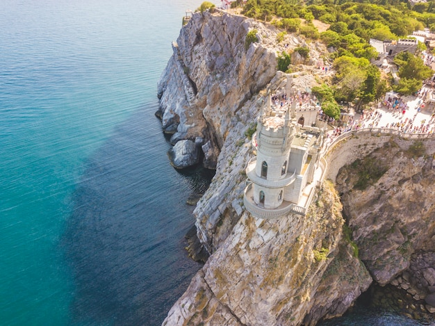 Vista aérea, de, andorinha, ninho, castelo, borda, de, montanha rocha, perto, a, mar, costa, em, crimea