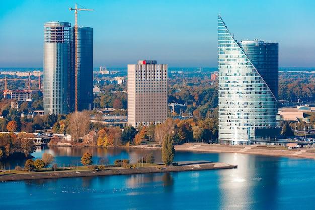 Vista aérea de arranha-céus em riga, letônia