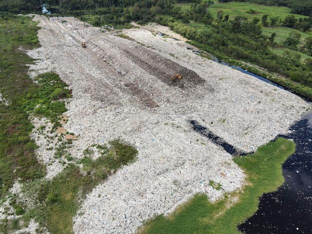 Vista aérea de aterro de lixo, lixo, grande problema de poluição ambiental, vista de cima em plástico e outros resíduos industriais, desastre ecológico de lixo acima do aquecimento global e águas residuais da área