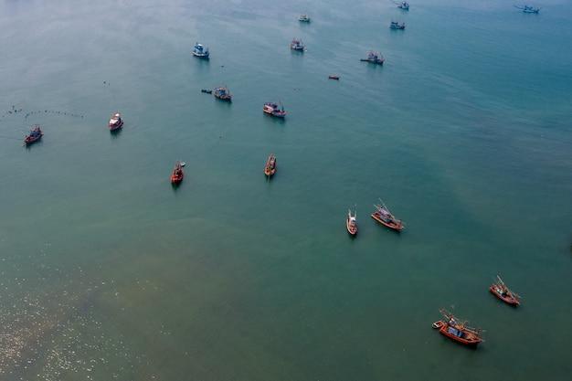 Vista aérea de barco de pesca no mar