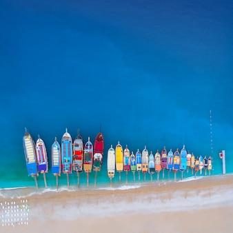Vista aérea de barcos coloridos no mar mediterrâneo