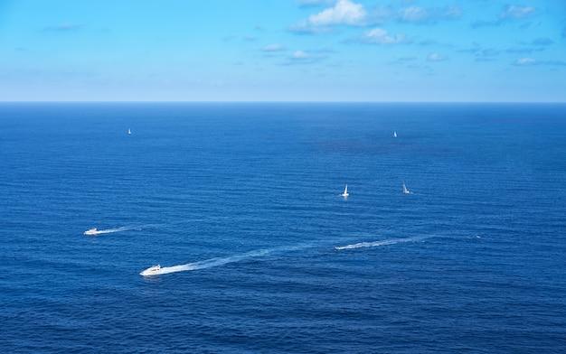 Vista aérea, de, barcos iate, cruzar mediterrâneo