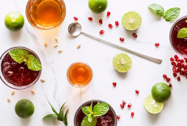 Vista aérea de bebidas caseiras de verão