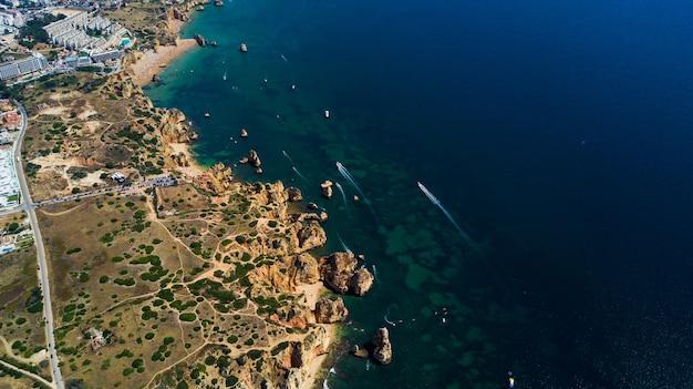 Vista aérea de belas falésias e praia perto da cidade de lagos, na costa do algarve em portugal