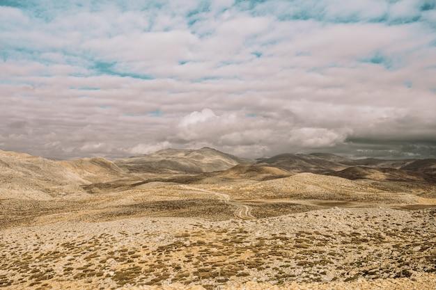 Vista aérea de belas montanhas e céu azul
