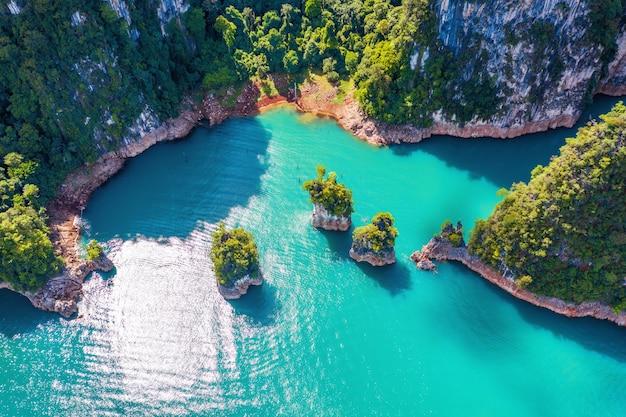 Vista aérea de belas montanhas na represa de ratchaprapha no parque nacional khao sok, província de surat thani, tailândia.