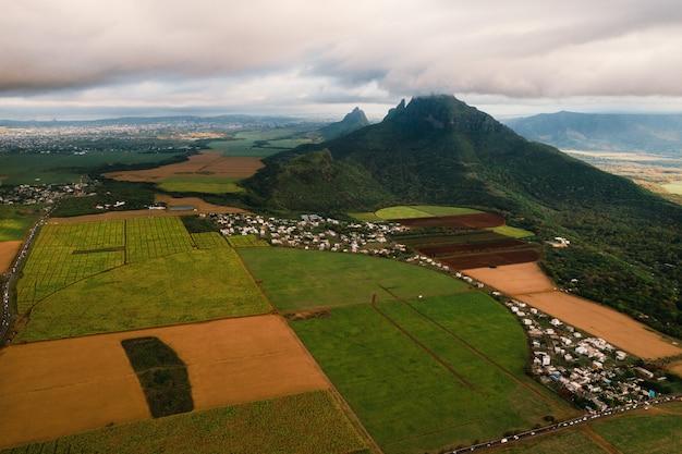 Vista aérea de belos campos, ilhas maurício e montanhas.