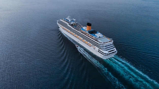 Vista aérea, de, bonito, branca, navio cruzeiro, acima, luxo, cruzeiro, conceito, turismo, viagem, ligado, h