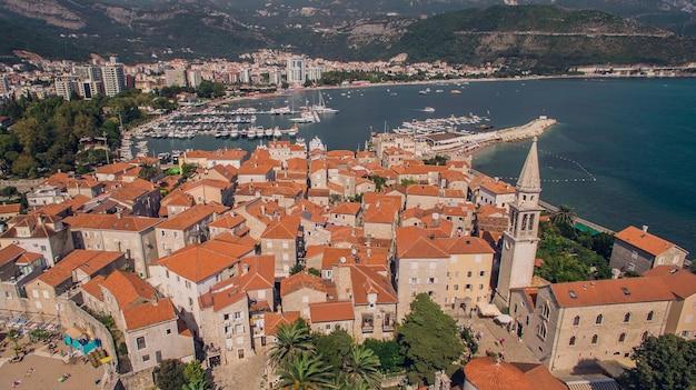 Vista aérea de budva em montenegro, cidade velha