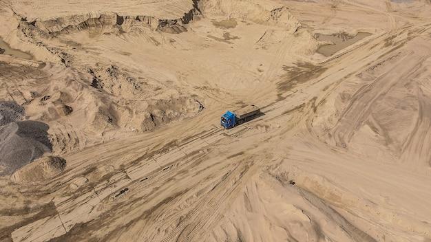 Vista aérea de caminhão dirigindo na estrada em pedreira de areia