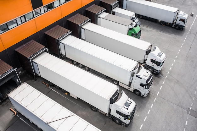 Vista aérea de caminhões carregando no centro de distribuição