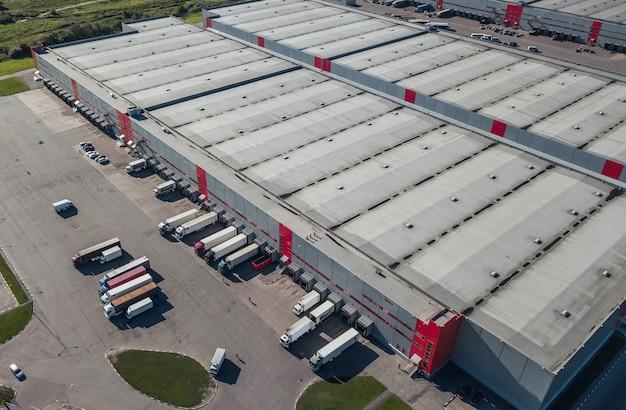 Vista aérea de caminhões carregando no centro logístico