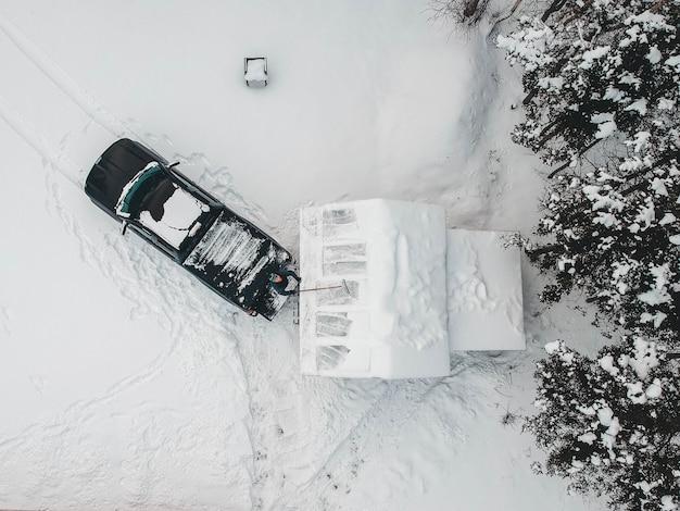 Vista aérea de caminhonete preta