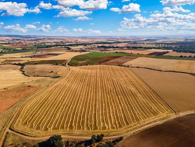 Vista aérea de campos aráveis em dia ensolarado e céu azul. segovia.