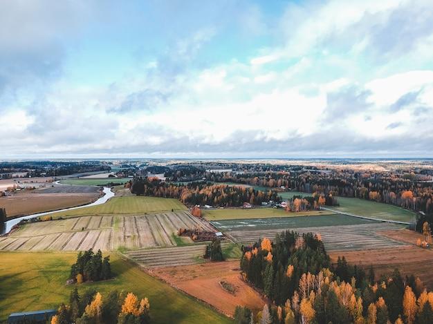 Vista aérea de campos e florestas arados férteis. foto tirada de um drone. finlândia, pornainen.