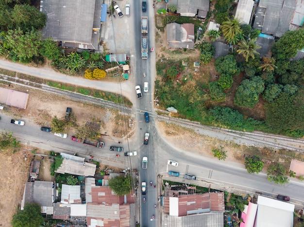 Vista aérea, de, carros, com, tráfego, ligado, estrada ferro, crossroad Foto Premium