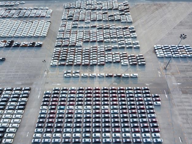 Vista aérea de carros novos estacionados na área de estacionamento da fábrica de automóveis.