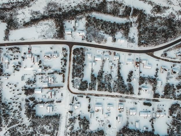 Vista aérea de casas cobertas de neve