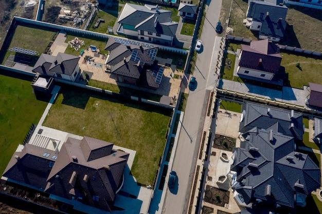 Vista aérea de casas em conjuntos habitacionais da ucrânia, algumas com construção em painéis de telhado.
