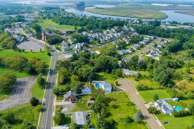 Vista aérea de casas em uma área residencial de bairro residencial de sayreville em uma pequena cidade em nova jersey, eua