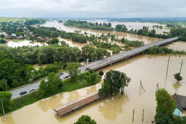 Vista aérea de casas inundadas com água suja do rio dnister na cidade de halych, ucrânia ocidental.