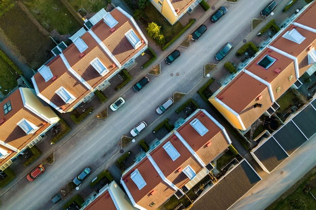 Vista aérea de casas residenciais com telhados vermelhos e ruas com carros estacionados na área da cidade rural. subúrbios tranquilos de uma cidade europeia moderna.