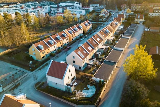 Vista aérea de casas residenciais com telhados vermelhos e ruas