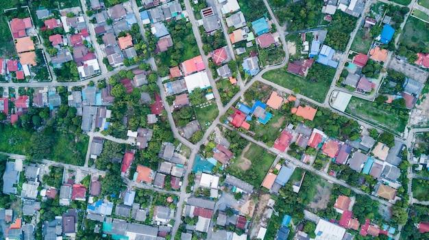 Vista aérea de casas residenciais e calçadas.