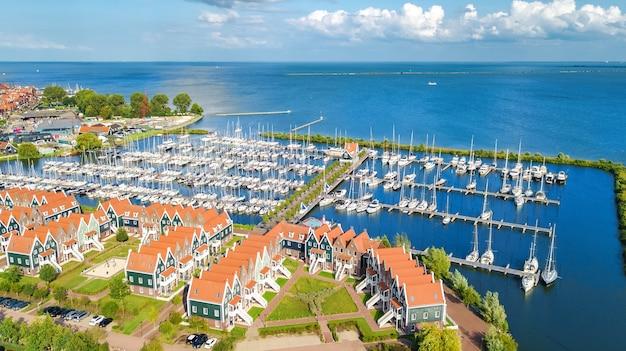 Vista aérea de casas típicas holandesas modernas e um porto